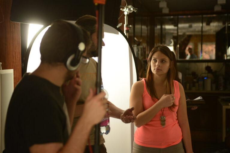 Dani (operatőr) Rékával (rendező) beszéli a jelenetet